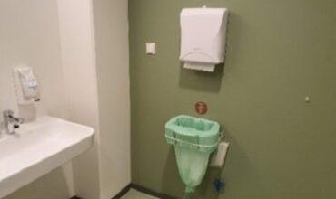 """""""Puhastusimport"""" sandėlio WC tualeto patalpa. Ant sienos tvirtinama """"Longopac"""" sistema tinka įvairiose patalpose."""