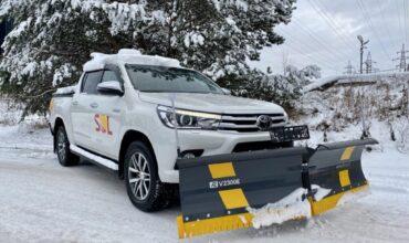 """""""Toyota Hilux"""" greitai pasiekia objektą, sustumia sniegą ir pabarsto druskos."""